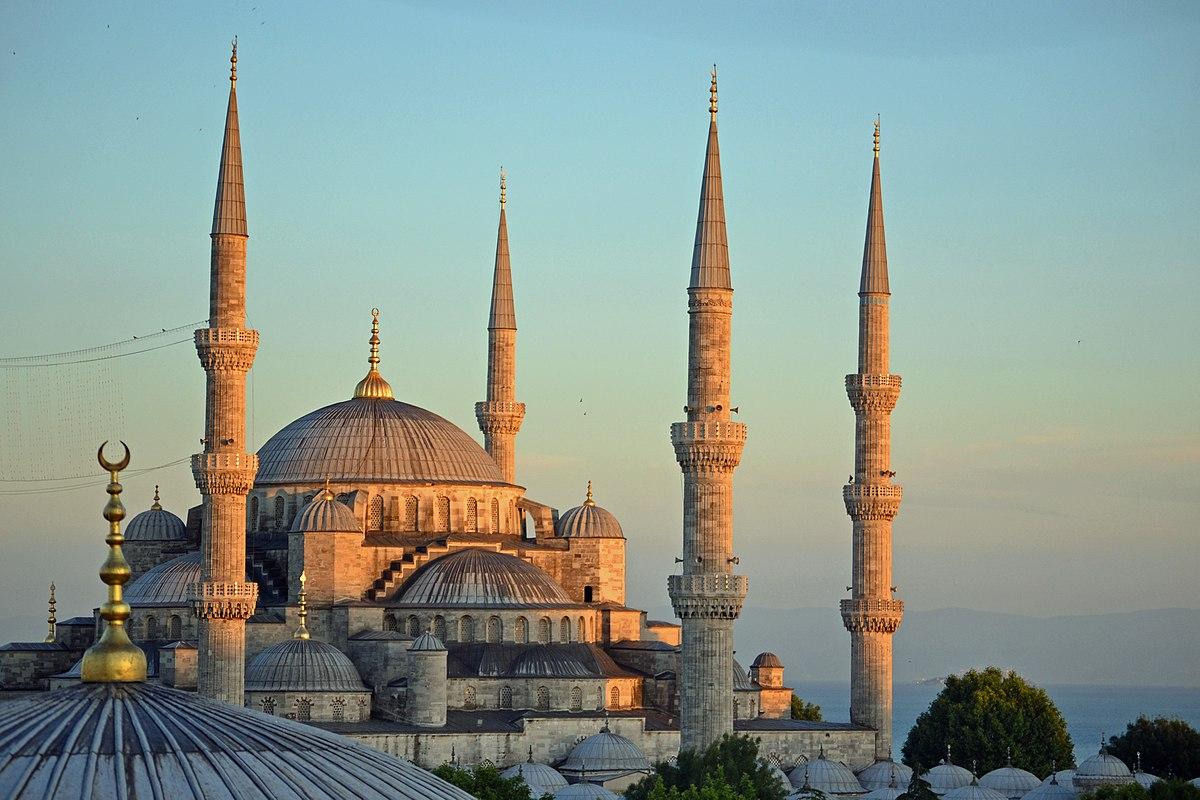 """La Mezquita azul y Santa Sofía Ya conocemos las bellezas estructurales de la Mezquita Azul, pero muy cerca de allí se encuentra la llamada mezquita de Santa Sofía, y la diferencia entre ambas es que la Mezquita azul es utilizada como un templo para las ceremonias de la religión Islam ,mientras que la de Santa Sofía se convirtió en un museo. Antes de la construcción de la Mezquita Azul, el lugar más importante para los musulmanes en Estambul era el templo de Santa Sofía, algunos dicen que las características y el área de la Mezquita azul, fueron tomadas del Templo de Santa Sofía. Posterior a la inauguración de la Mezquita azul, el tempo de Santa Sofía, pasó a ocupar un lugar menos importante, y como tal se convirtió años después en un museo, aunque no es tan espectacular como la Mezquita azul, representa un lugar histórico para la ciudad de Estambul. Su mantenimiento ha sido dejado a un lado y algunas paredes se encuentran un poco dañadas. Una de las peculiaridades del museo de Santa Sofía , es que a simple vista no parece que fuera de gran tamaño, pero cuando se accede a su interior, se puede apreciar que tienen casi la misma envergadura que la Mezquita Azul. Santa Sofía fue erigida en honor a la madre Santa Sofía, primero fue una básica dedicada a la santa, construida en el año 360, donde representaba una catedral de la cristiandad ortodoxa bizantina, hasta que en el año de 1453 pasó a ser una mezquita. Esta teoría está en duda para los historiadores. Santa Sofía pasó y soportó toda la acción histórica de los otomanos, y durante el siglo XX específicamente en el año de 1935 fue secularizada pasando a ser un museo histórico religioso, existe una confusión con respecto a la asignación de su nombre. Para algunos Santa Sofía es la traducción en latín de la palabra sabiduría, lo que significa """"La santa sabiduría de Dios"""", de manera que realmente es un homenaje a la sabiduría del Dios Alá´, lo que realmente ha sido desmentido en la actualidad y se mantienen las discusion"""